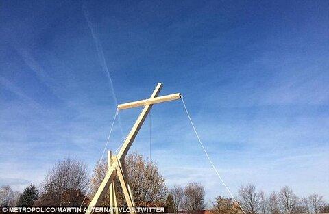 راست های افراطی 10 صلیب بزرگ در محل ساخت مسجد نصب کردند