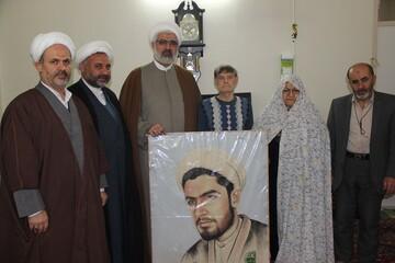 مدیر حوزه قزوین به دیدار خانواده شهید روحانی رفت+ عکس