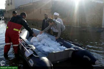 توزیع غذا با قایق وسط کوچههای اهواز/ کلانشهری که با ۳ ساعت بارندگی غرق شد