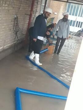تصاویر/ کمکرسانی طلاب مدرسه علمیه خاتم الانبیاء (ص) اهواز در مناطق آب گرفته