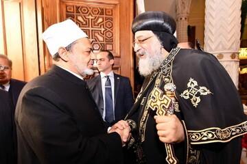 شیخ الازهر با اسقف کلیسای قبطی مصر دیدار کرد/ تواضروس: باید صلح و شادی و محبت را به بشر هدیه کنیم