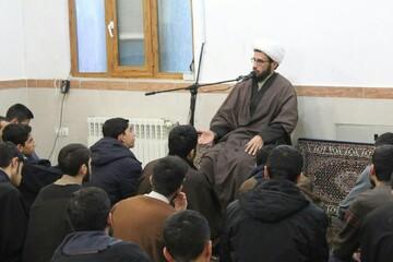 طلاب مدرسه امام خمینی(ره) خوی پای درس اخلاق نشستند