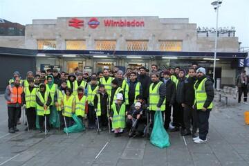 جوانان مسلمان بریتانیایی خیابانها را پس از جشن کریسمس تمیز کردند + تصاویر
