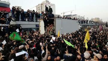 فیلم| پیکر مطهر حاج قاسم سلیمانی بر روی دستان مردم مشهد