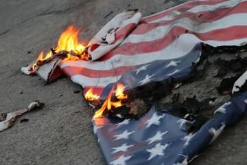 دانشجویان یزدی پرچم آمریکا و اسرائیل را آتش زدند