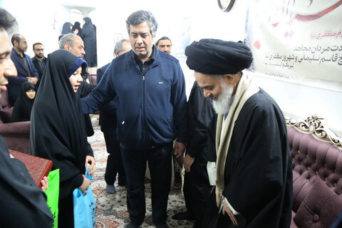 تصاویر / حضور آیت الله حسینی بوشهری، استاندار و رئیس بنیاد شهید در منزل شهید شهروز مظفری نیا