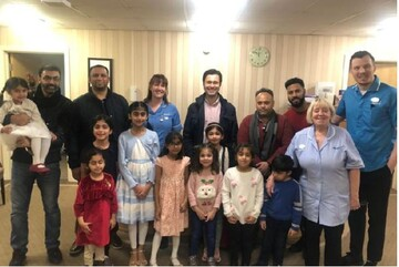 جوانان مسلمان بریتانیایی شیرینی به دست به خانه های سالمندان رفتند
