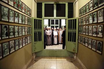 تصاویر/ حضور هیئتی از حوزه علمیه در لانه جاسوسی آمریکا و موزه عبرت