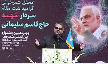 فیلم| شعرخوانی سید احمد علوی در کنار مزار حاج قاسم سلیمانی