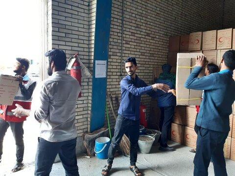 کمکرسانی طلاب مدرسه علمیه شهرستان جاسک به آمادهسازی و ارسال محمولههای کمکی به مناطق سیل زده