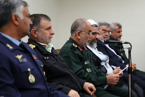 بالصور/ القائمون على مؤتمر تكريم شهداء محافظة بوشهر يلتقون بالإمام الخامنئي