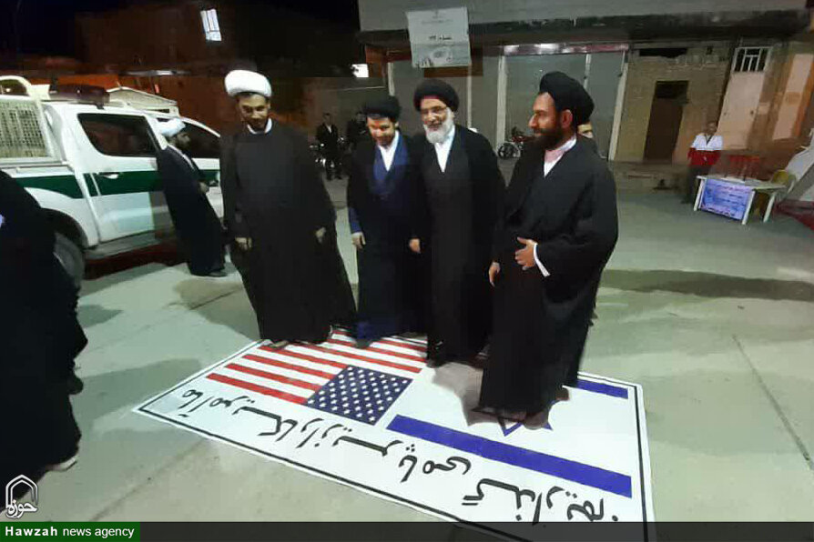 عکس/ پرچم آمریکا و اسرائیل زیر پایِ امام جمعه اهواز