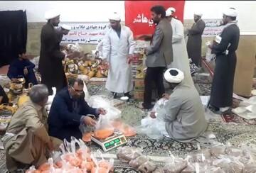 فیلم  بسته بندی مواد غذایی توسط طلاب جهادی برای مردم سیل زده سیستان و بلوچستان