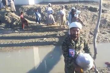 فیلم| امدادرسانی طلاب در مناطق سیل زده سیستان و بلوچستان