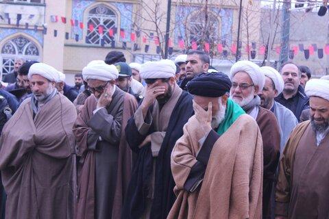 اقامه نماز توسط آیت الله موسوی اصفهانی بر پیکر پدر شهید موسوی