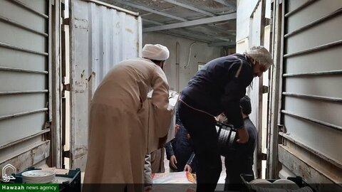 بالصور/ مساعدة طلاب العلوم الدينية للمضررين من السيول في محافظة سيستان وبلوشستان جنوبي شرق إيران