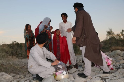 کمک رسانی طلاب و روحانیون گروه جهادی شهید سپهبد حاج قاسم سلیمانی در مناطق سیل زده