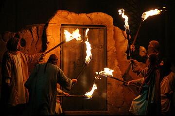 چرا هنگام حمله دشمنان، حضرت زهرا (س) درب خانه را باز کردند؟