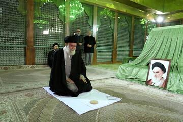الإمام الخامنئي يزور مرقد مؤسس الجمهورية الاسلامية وروضة الشهداء + صور