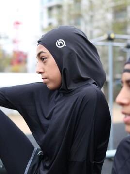 مادر مسلمان انگلیسی برای تشویق دخترش به ورزش، حجاب مخصوص طراحی کرد