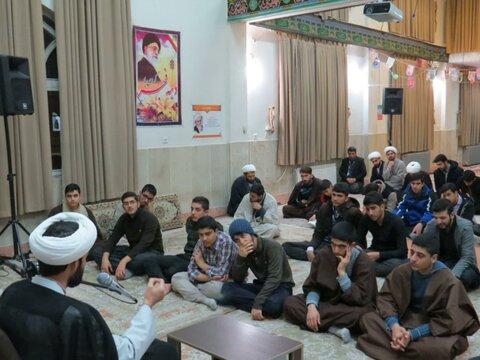 تصاویر/ نشست سیاسی و بصیرتی طلاب مدرسه علمیه کامیاران به مناسبت دهه فجر