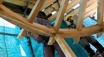 العتبة العلوية تباشر بتبديل الأجزاء الخشبية للمنارة الشمالية للمرقد الطاهر + صور