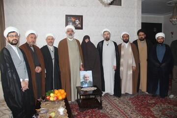 مسئولان حوزه علمیه قزوین به دیدار خانواده شهید طلبه رفتند+ عکس