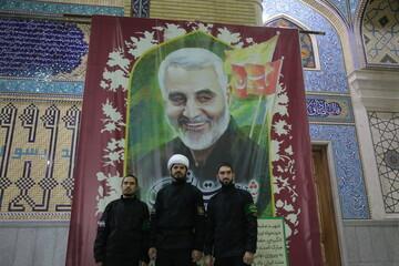 تصاویر/ حاشیههای اربعین شهیدان حاج قاسم سلیمانی و ابومهدی المهندس و حمایت از جبهه مقاومت در قم-۱