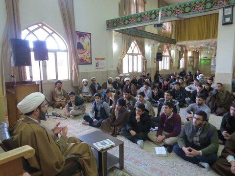 تصاویر/ نشست بصیرتی طلاب مدرسه علمیه امام باقر (ع) کامیاران به مناسبت دهه فجر