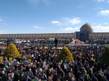 مردم در ایستگاه چهل ویکمین سالگرد انقلاب اسلام تمام قد ایستادهاند