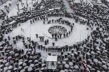 تصاویر/ حمایت جانانه از انقلاب زیر بارش برف!