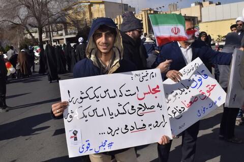 تصاویر/ پلاکاردهای انتخاباتی مردم در راهپیمایی ۲۲ بهمن قم