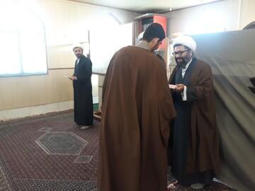 تصاویر/ تلبس و تجلیل از طلاب ممتاز مدرسه امیرالمومنین (ع) آران و بیدگل