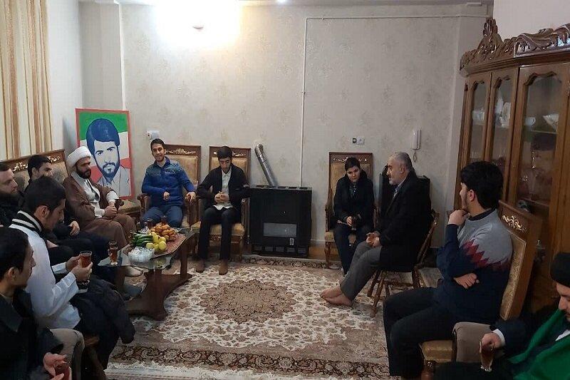 دیدار جمعی از طلاب مدرسه علمیه امام صادق(ع) قزوین با خانواده شهید رزازیان