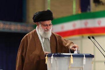 بالصور/ مشاركة الإمام الخامنئي في انتخابات مجلس الشورى الإسلامي و مجلس خبراء القيادة