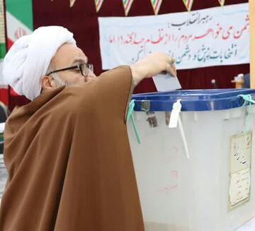 حضور حجتالاسلاموالمسلمین حیدری در صف رأیگیری