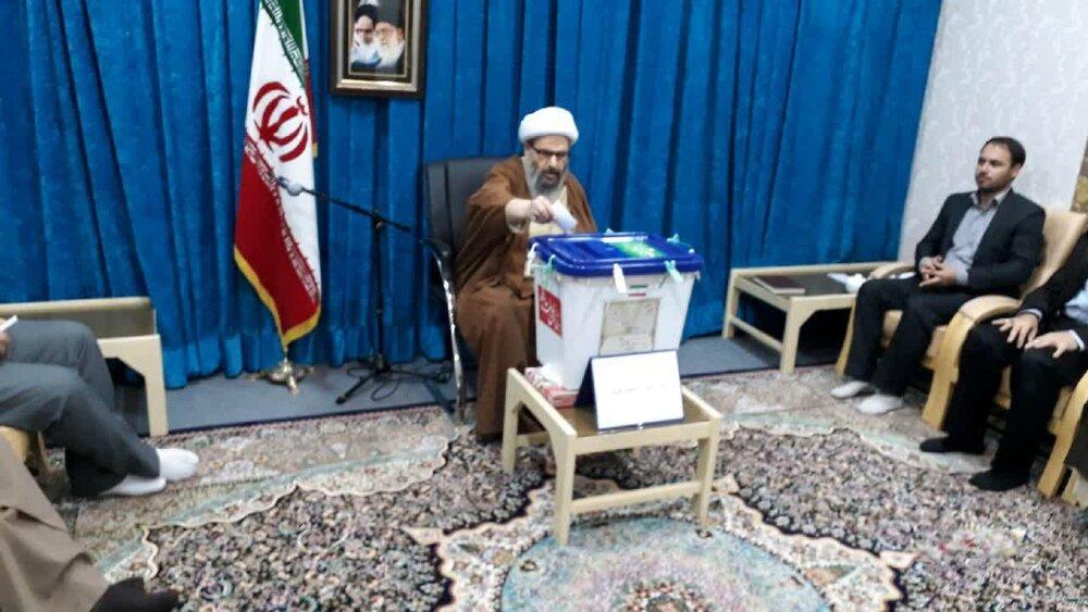 فیلم/ نماینده ولی فقیه در کاشان رأی خود را به صندوق انداخت
