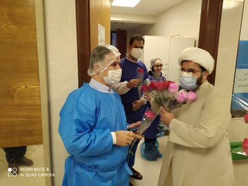 کلیپ   عیادت جمعی از طلاب و روحانیون از بیماران کرونایی