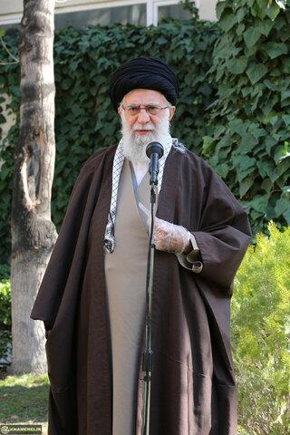 غرس الإمام الخامنئي شتلتين بمناسبة اليوم الوطني للتشجير