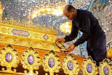 تصاویر/ نصب تاج جدید ضریح حضرت زینب(س) اهدایی حرم حضرت عباس(ع)