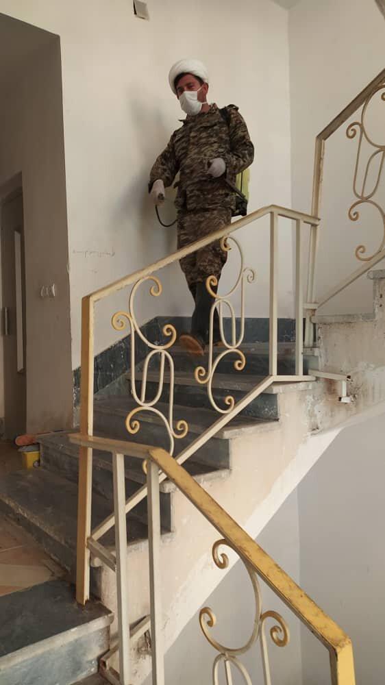 بالصور/ تعقيم الوحدات السكنية على يد طلاب العلوم الدينية لمكافحة فايروس كورونا بمدينة بهبهان جنوبي إيران