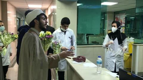 إهداء الورود إلى أطباء وممرضي مستشقى الإمام الحسين (ع) من قبل طلاب