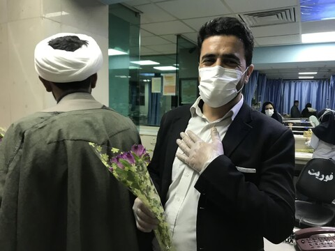 تصاویر شما/ اهدای گل به پرستاران و پزشکان بیمارستان امام حسین (ع) تهران توسط طلاب