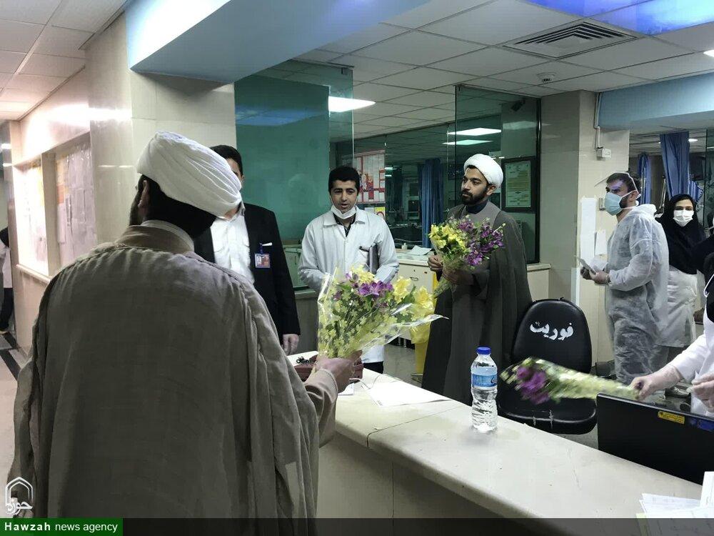 بالصور/ إهداء الورود إلى أطباء وممرضي مستشقى الإمام الحسين (ع) من قبل طلاب العلوم الدينية بالعاصمة طهران