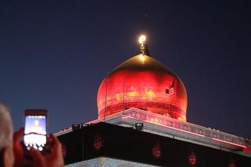تصاویر اختصاصی از تعویض پرچم حرم حضرت زینب(س)