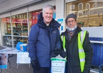 همکاری مشترک اعضای یک مسجد و کلیسا در لندن در کار خیریه