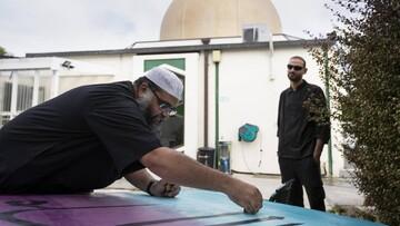 نصب تابلوهای خوشنویسی هنرمند مسلمان در مسجد النور نیوزیلند +تصاویر