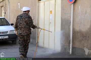 بالصور/ تعقيم المدن الإيرانية من قبل طلاب العلوم الدينية وعلماء الحوزات العلمية في البلاد