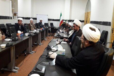 بالصور/ اجتماع تنسيقي للمؤسسات الحوزوية في محافظة كرمانشاه الإيرانية غرب البلاد لمكافحة كورونا