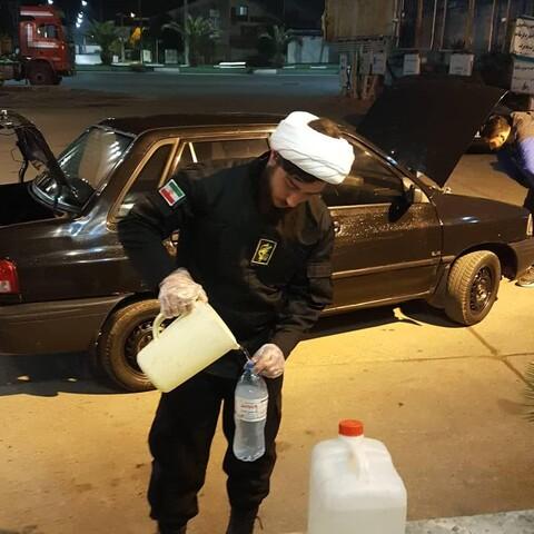 تصاویر شما/  طلابی که برای مشتریان بنزین میزنند